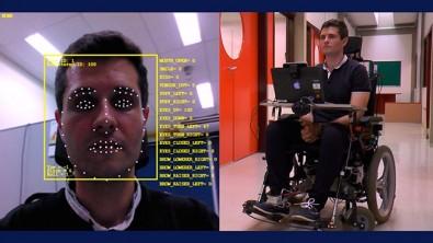Cadeira de rodas é controlada por expressões faciais