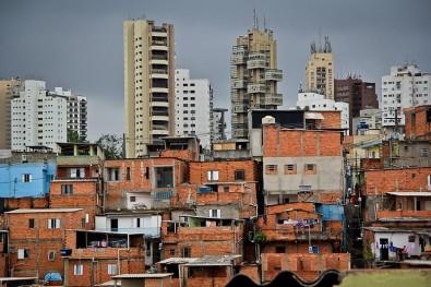 Déficit habitacional é obstáculo para isolamento vertical, dizem pesquisadores