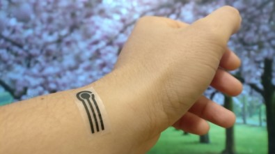 Wearable sensors printed on natural materials analyze substances present in sweat