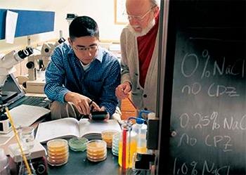 Para pesquisadores ouvidos pela Agência FAPESP, a premiação pode impulsionar pesquisas em áreas nas quais o Brasil se destaca, como a química de produtos naturais (Campbell, um dos ganhadores do Nobel, com estudante / Drew University)