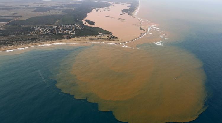 Foz do rio Doce semanas após o rompimento da barragem